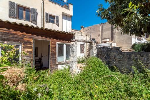 Dorfhaus mit Garten und großer Dachterrasse zum Renovieren in der Altstadt von Santa Maria