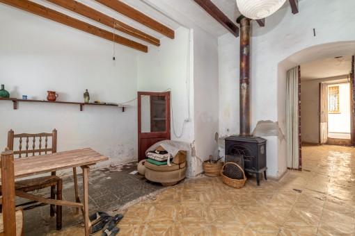 Wohn-und Essbereich mit Holzdeckenbalken