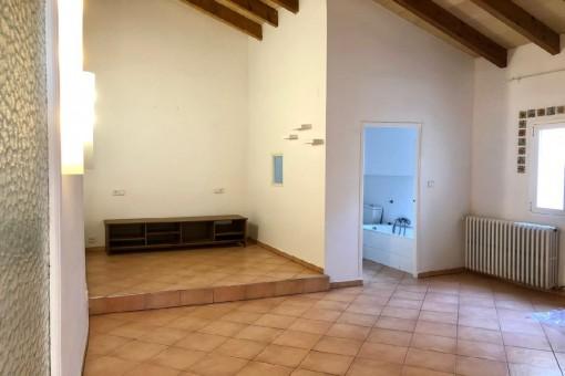 Wohnbereich und Badezimmer