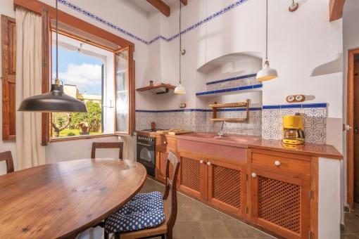 Authentische Küche mit Essbereich