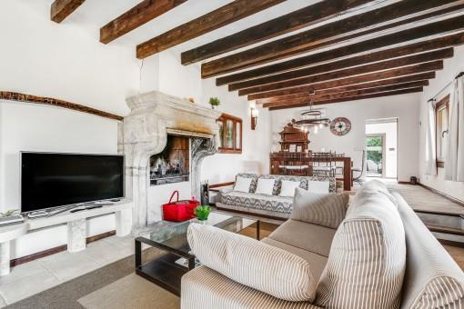 Wohnbereich mit rustikalen Kamin