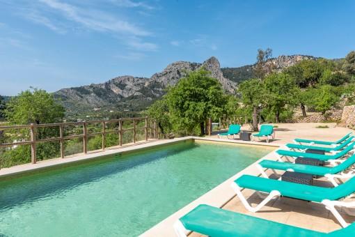 Entspannter und schöner Poolbereich
