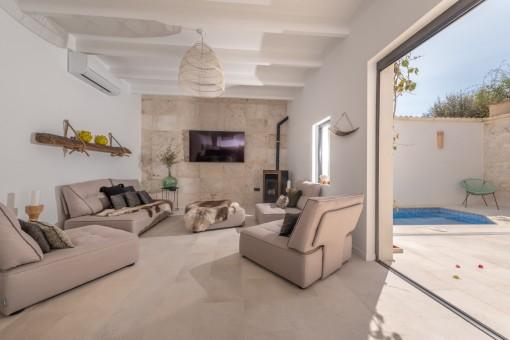 Moderner Wohnbereich mit Terrassenzugang