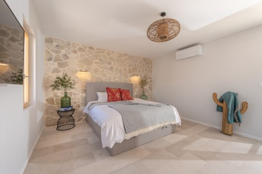 Schlafzimmer mit Sandsteinwand