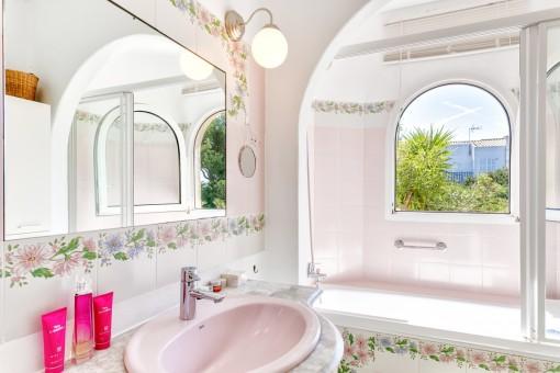 Helles Schlafzimmer mit Badewanne