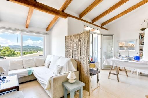 Ein weiterer Wohnbereich mit Holzdeckenbalken