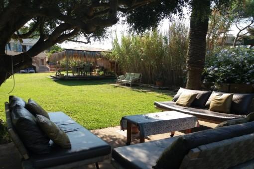 Herrlicher Garten mit Grillbereich, Außenküche und verschiedenen Essbereichen