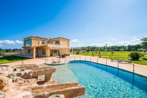 Erstklassige Finca mit Meerweitblick auf großem Grundstück mit Pool in Santa Margalida