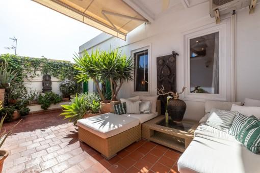 Entspannter Loungebereich auf der Terrasse