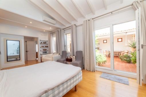 Schlafzimmer mit Patiozugang