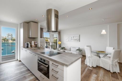 Moderne Küche mit Balkonzugang