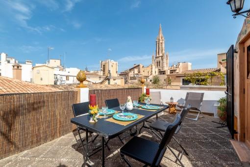 Altstadthaus mit vielen Möglichkeiten in Bestlage von Palma mit Restaurant im Erd- und Zwischengeschoss und einer Duplex-Wohnung mit Dachterrasse darüber