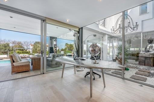 Stylischer Wohnbereich mit verglasten Patio
