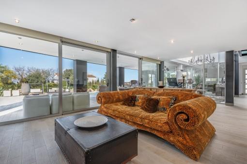 Wohnbereich mit großer Glassfront