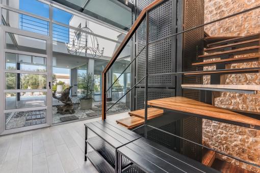 Eingangsbereich mit Treppe, Aufzug und Patio