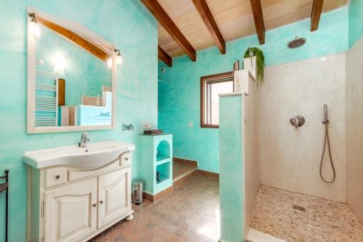 Freundliches Badezimmer mit Dusche