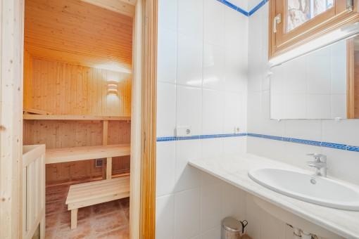 Saunabereich und Badezimmer