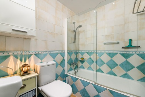 Schönes Badezimmer mit Wanne
