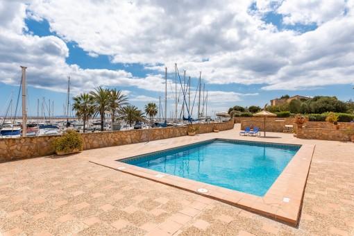 Poolbereich mit Hafenblick