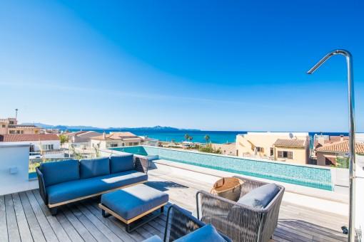 Wohnen mit Lifestyle in Son Serra de Marina in einzigartiger Designervilla mit weitläufigem Meerblick über die Bucht