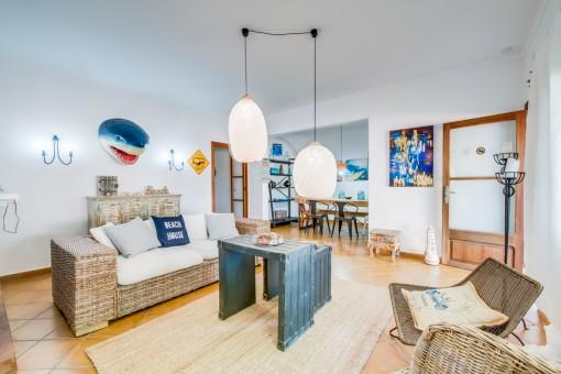 Gemütlicher Wohnbereich im Beachhouse-Stil