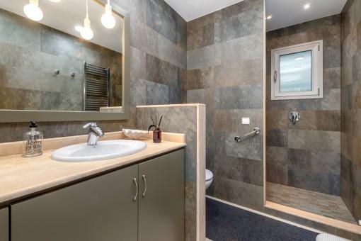Tageslichbadezimmer mit Dusche