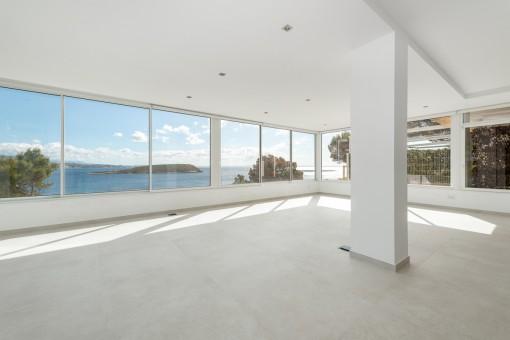 Wohnbereich mit großer Fensterfront