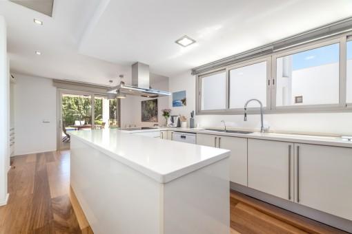 Moderne Küche in weiss