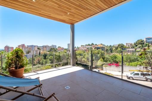 Überdachte Terrasse mit Weitblick