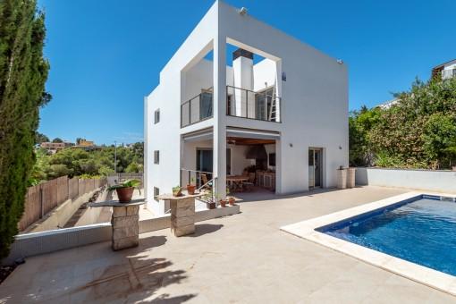 Zeitgenössische Villa mit Pool und Blick bis zum Meer in Palma
