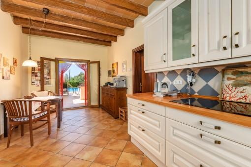 Separate Küche mit Terrassenzugang