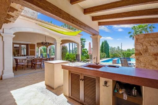 Sommerküche neben dem Pool