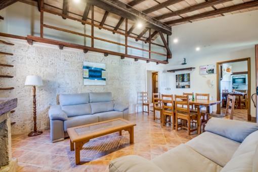 Rustikales Wohnzimmer mit Galerie