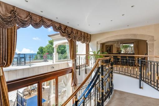 Obergeschoss mit großer Fensterfront