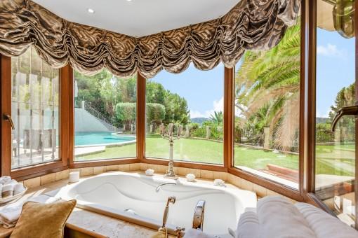 Luxuriöses Badezimmer mit Gartenblick