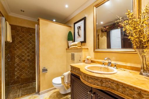 Eines von 7 Badezimmern