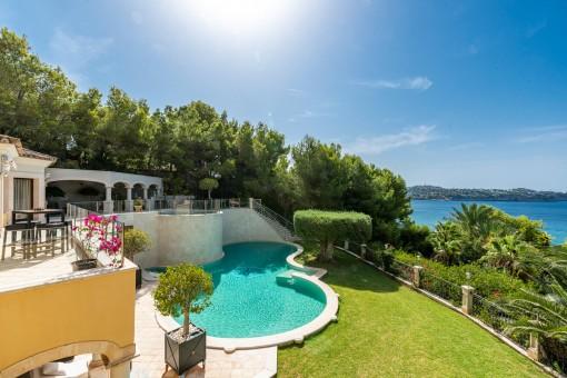 Ansicht der oberen Terrasse und Poolbereich