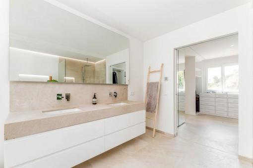 Modernes Badezimmer und Ankleidezimmer
