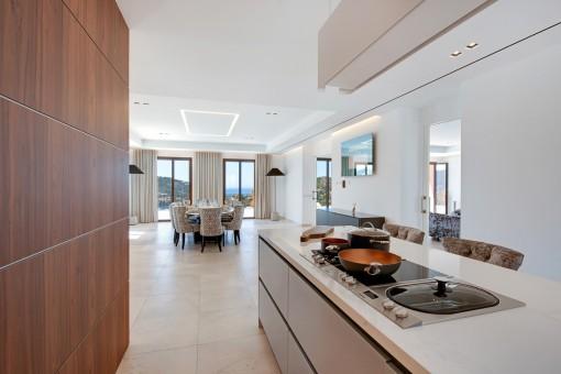 Die Küche verfügt über eine Kochinsel