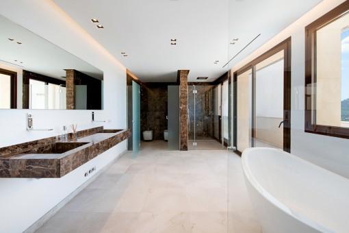 Badezimmer en Suite mit Dusche und Badewanne