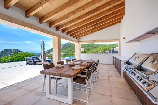 Überdachte Außenküche und Essbereich