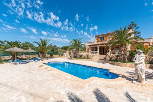 Mediterraner Poolbereich für Sommertage