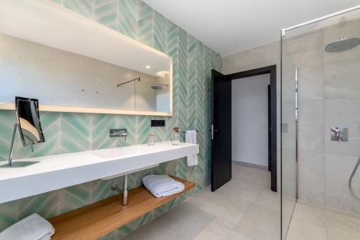 Eines von 6 Badezimmern
