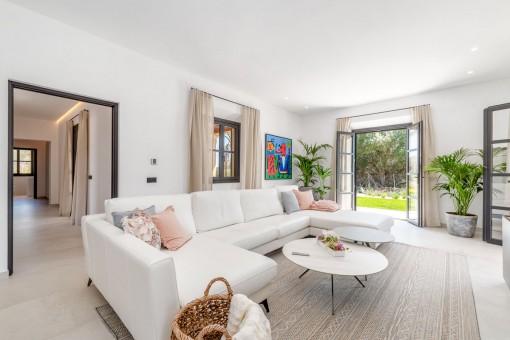 Heller Wohnbereich mit Terrassenzugang