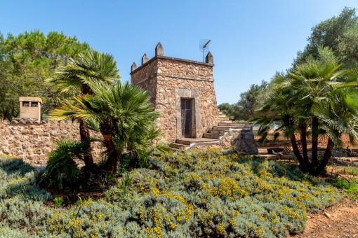 Grundstück mit Steinturm