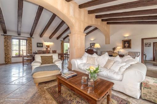 Wohnbereich mit schönen Holzdeckenbalken