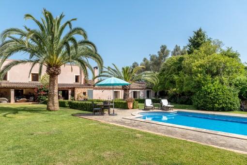 Mediterraner Garten- und Poolbereich