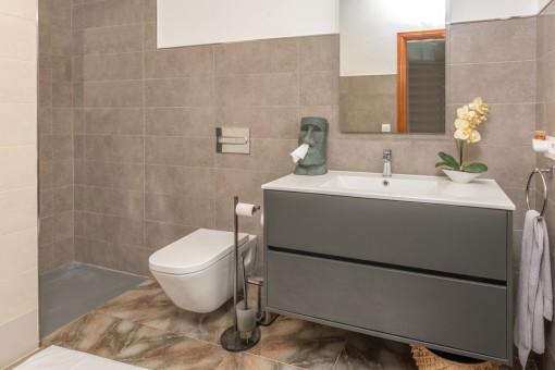 Eines von 2 Badezimmer im Erdgeschoss