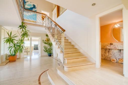 Eingangshalle und Treppe nach oben