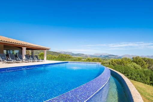 Pool mit beeindruckenden Blick auf die Berge
